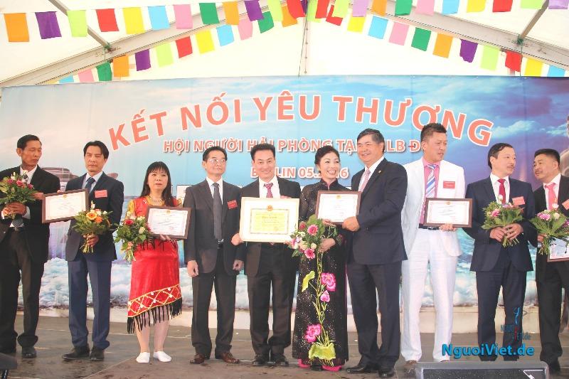 ĐS Đoàn Xuân Hưng trao giấy khen cho các cá nhân có nhiều thành tích xây dựng Hội. Ảnh: Kim Thành