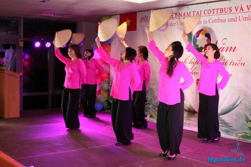 """Tiết mục múa nón """"Việt Nam quê hương tôi"""" mở màn Lễ kỷ niệm"""