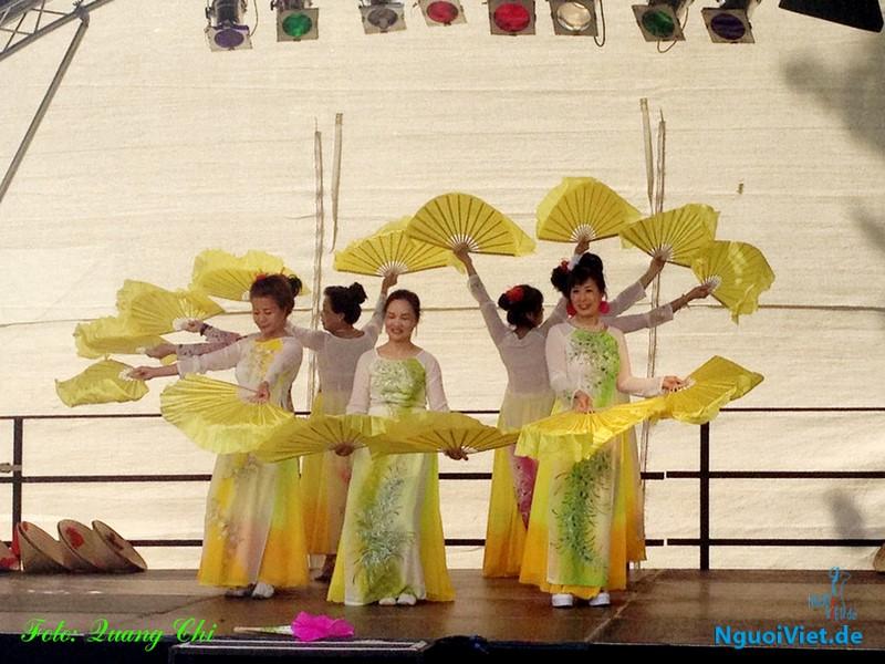 Múa Việt hấp dẫn công chúng quận Lichtenberg thành phố Berlin. Ảnh: Quang Chí.