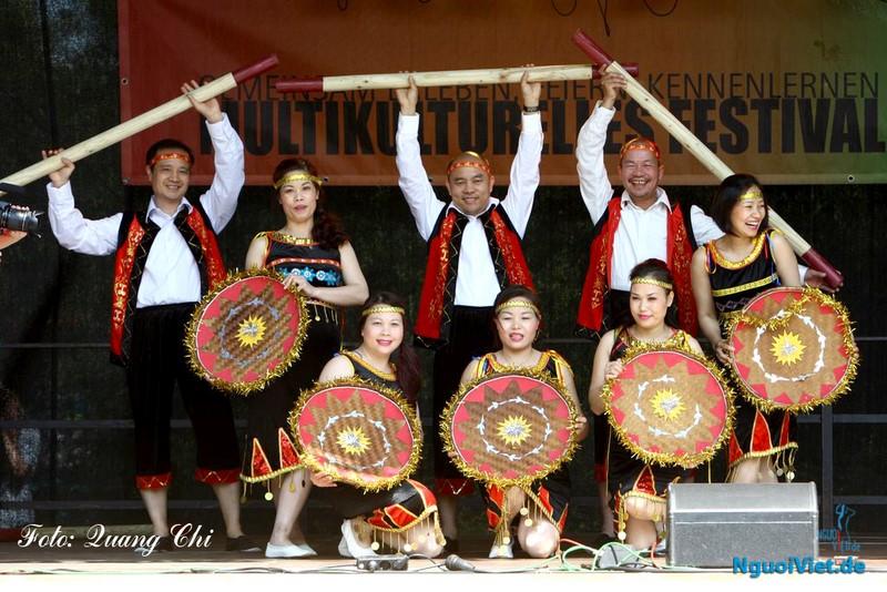 Múa Việt tham gia ngày Lễ hội đa văn hóa Thành phố Cottbus. Ảnh: Quang Chí