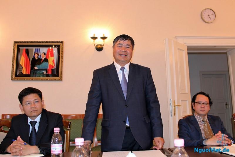 Từ trái sang: Tham tán Bùi Hà nam, Đại sứ Đoàn Xuân Hưng và Tham tán Nguyễn Việt Cường tại hội thảo. Ảnh: Hà An