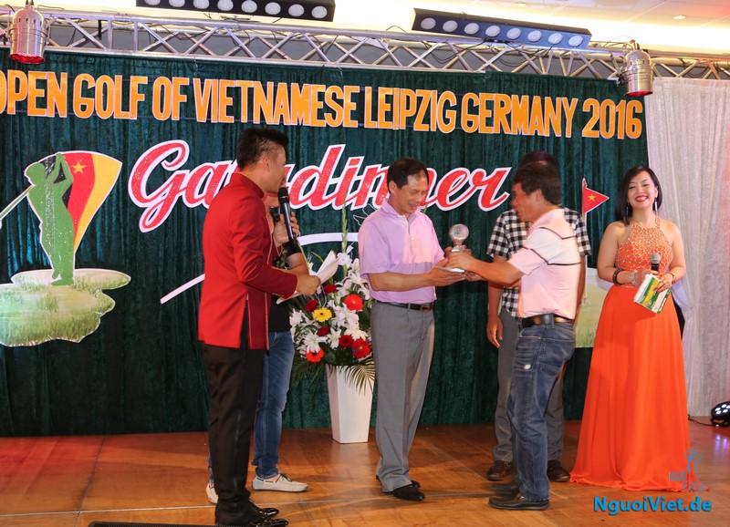BTC trao Cup cho Golf thủ, Thứ trưởng Bộ Ngoại giao Bùi Thanh Sơn. Ảnh: Hương Radeberg.