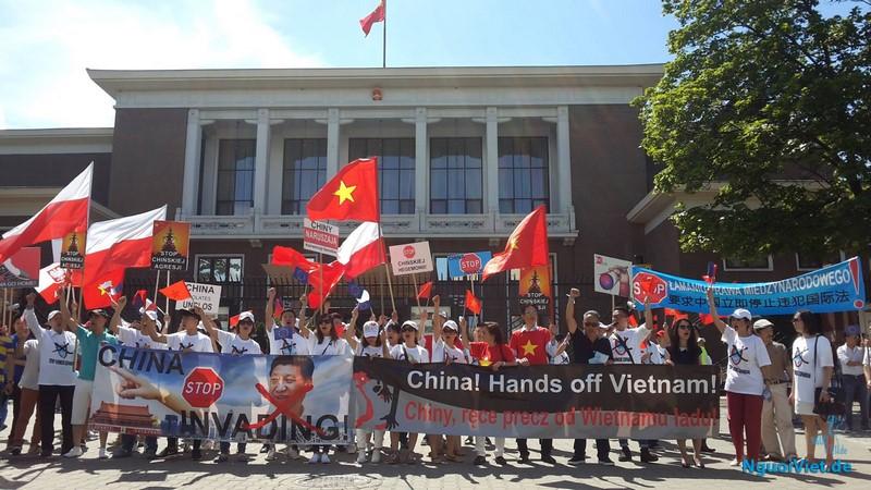 Biểu tình trước cổng chính ĐSQ Trung Quốc tại Ba Lan. Ảnh: Lê Xuân Lâm