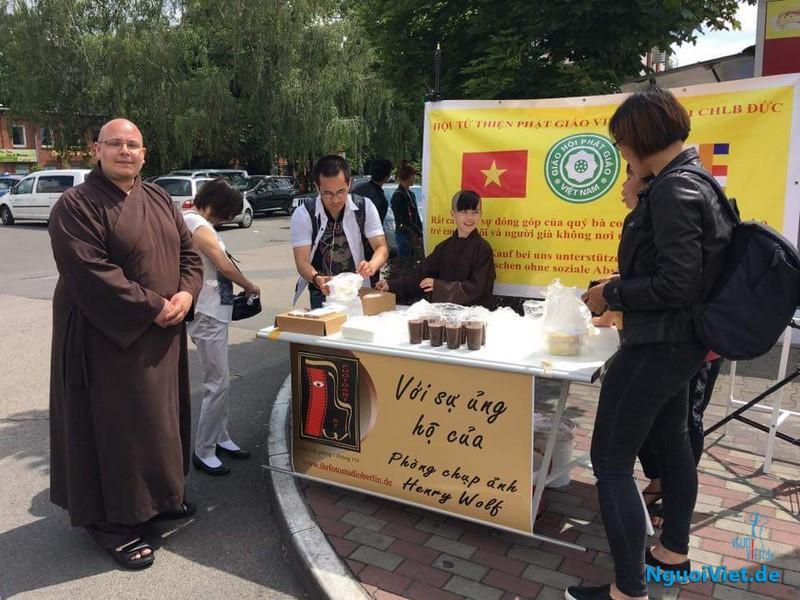 Sư thầy Thích Đồng Hoà (bên trái) và chú tiểu Chúc Đạt (giữa) tại một buổi bán hàng từ thiện. Ảnh: Hennry Wolf