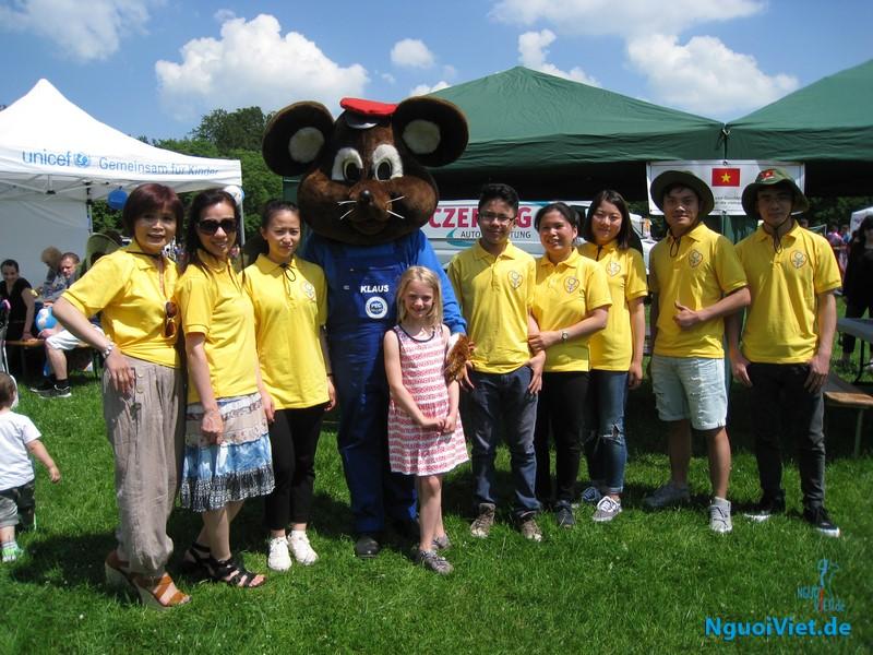 Quỹ từ thiện Sức Việt cùng tổ chức Tết thiếu nhi. Ảnh Đỗ Vân