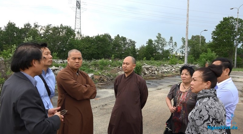 Đoàn chức sắc TƯGHPGVN và bà con Phật tử ra xem khu đất chuẩn bị xây dựng Chùa Việt Nam ở Berlin