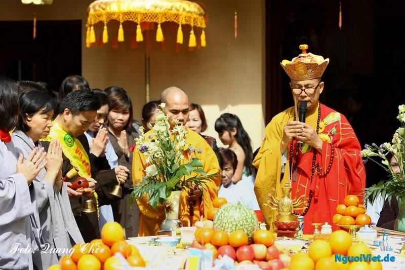Hòa thượng Thích Tịnh Quang (bên phải) cùng sư thầy Thích Pháp Nhẫn tại buổi lễ.