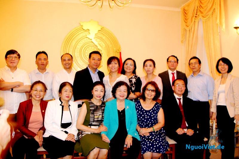 Nguyên Phó Chủ tịch nước Trương Mỹ Hoa chụp ảnh chung với các đại biểu tham dự buổi gặp gỡ đại diện cộng đồng người Việt ở Đức. Ảnh: Kim Thành.