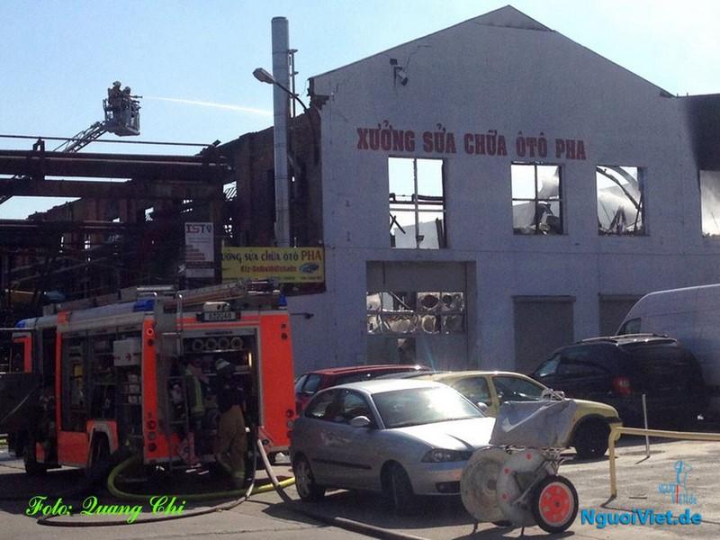 Lửa thiêu rụi xưởng sửa chữa ô tô của người Việt ở Berlin. Ảnh: Quang Chí