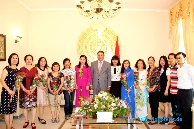 Đại sứ Đoàn Xuân Hưng chụp ảnh chung với các thầy cô giáo. Ảnh: Kim Thành