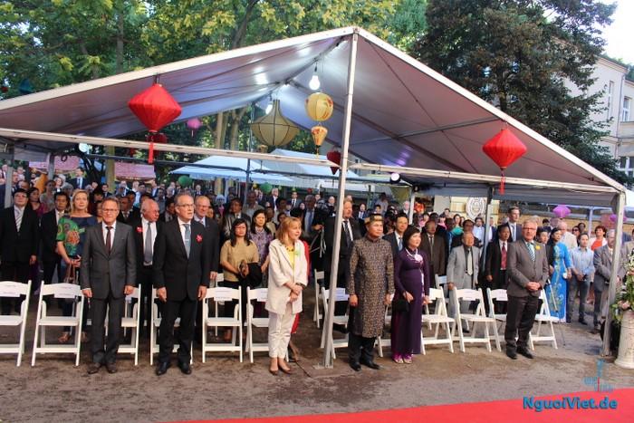 Chào cờ trước khi khai mạc Lễ kỷ niệm 71 ngày Quốc khánh Việt Nam tại Đức. Ảnh: Hà An