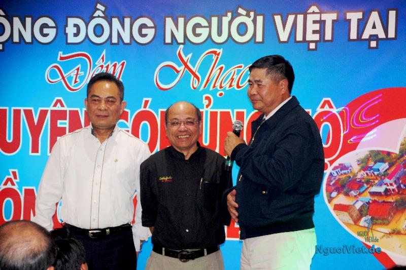 Tác giả Sa Huỳnh (giữa) với Đại sứ Đoàn Xuân Hưng (bên phải) và ông Nguyễn Văn Hiền. Ảnh: Kim Thành