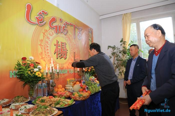 Chủ tịch Hội đồng họ Dương tại CHLB Đức Dương Xuân Viễn thắp hương tại Lễ giỗ Tổ.