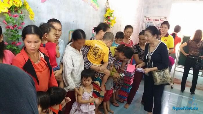 Bà Bùi Thu Minh, Phó Chủ tịch Hội người Hải Phòng tại Đức trao quà cho các cháu mầm non vùng lũ Quảng Bình.