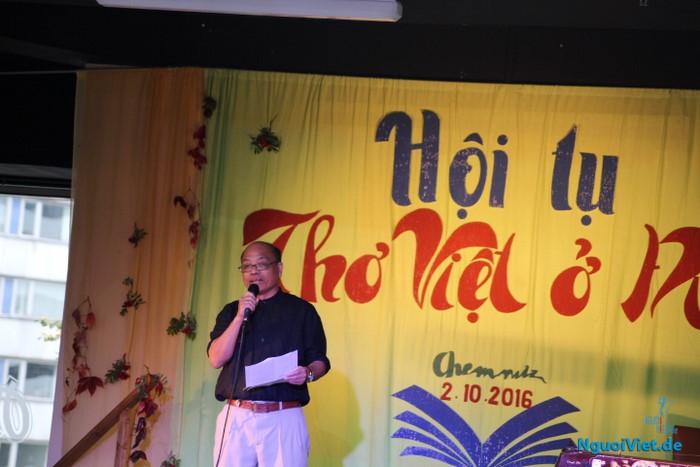 Nhà thơ Sa Huỳnh phát biểu tại cuộc gặp gỡ. Ảnh: Hà An