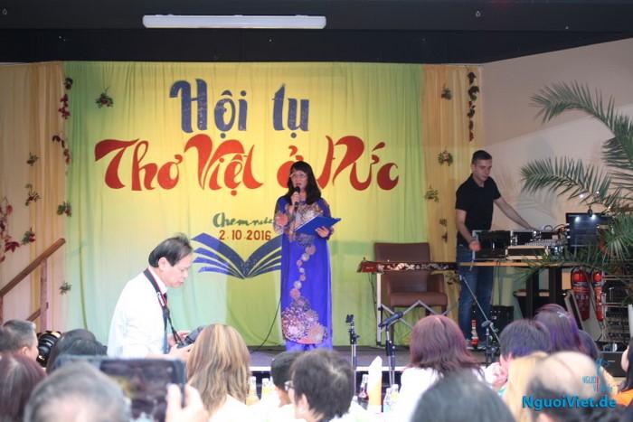 Nhà thơ nữ Bùi Nguyệt -thành viên Ban liên lạc - phát biểu tại cuộc gặp gỡ. Ảnh: Hà An