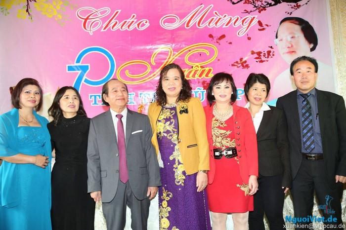 Từ phải sang: Chủ tịch Hội người Việt Nam Leipzig Bùi Quang Huy (thứ 1) và Chủ nhiệm CLB Khiêu vũ Ánh Sao Mai Lan (thứ 3) cùng thân hữu chúc mừng sinh nhật nhà thơ Vũ Lập.
