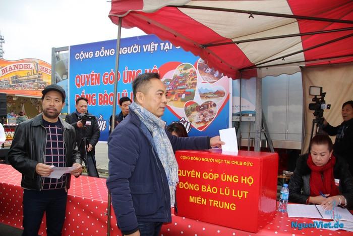 (Video) Ngày đầu tiên tổ chức quyên góp ủng hộ miền Trung tại TTTM Đồng Xuân