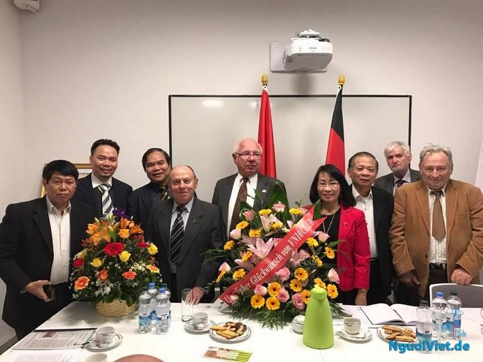 Ông Siegfried Sommer (giữa) được bầu lại làm Chủ tịch Hội Đức-Việt. Ảnh: Tạ Kim Liên