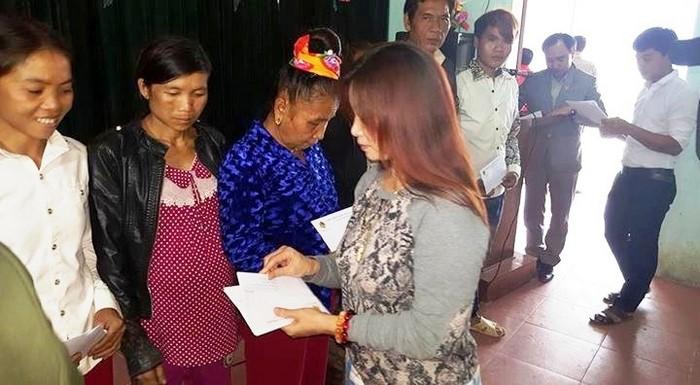 Đoàn kiều bào CHLB Đức trao quà cho bà con dân tộc xã Hữu Khuông, Nghệ An. Ảnh: Lê Hoàng Anh