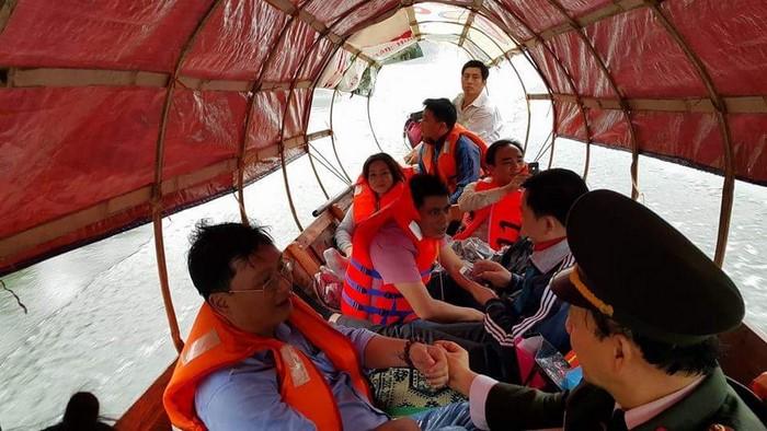 Đuờng đi đến Xã Hữu Khuông không còn con đường nào khác ngoài đi bằng thuyền