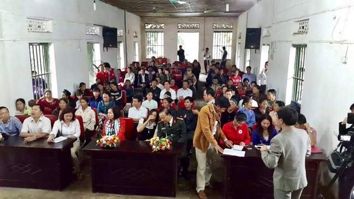 Đoàn cứu trợ của kiều bào Đức đã trao quà cho đồng bào bị nạn ở  xã Thanh Hà,  huyện Thanh Chương, Nghệ An.