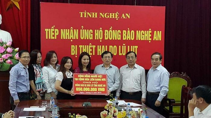 Đoàn cứu trợ của kiều bào Đức trao tặng tượng trưng số tiền 650 triệu VNĐ cho đồng bào bị lũ lụt ở Nghệ An