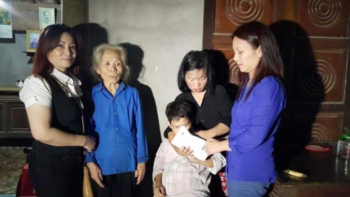 Trưởng đoàn công tác (bìa phải) và đại diện Sen Vàng Berlin (bìa trái) trao quà cho  cụ Nguyễn Thị Truật - gia đình có hoàn cảnh đặc biệt khó khăn.