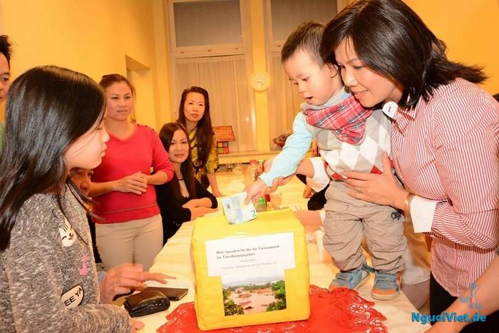 Các cháu nhỏ thế hệ thứ hai cũng nhiệt tình quyên góp ủng hộ đồng bào miền Trung.