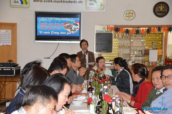 Bà Đoàn Hải Bến đang đọc thơ tại buổi quyên góp của bà con kiều bào người Việt vùng Nord Bayern, ngày 01.11.2016. Ảnh: Ban Truong