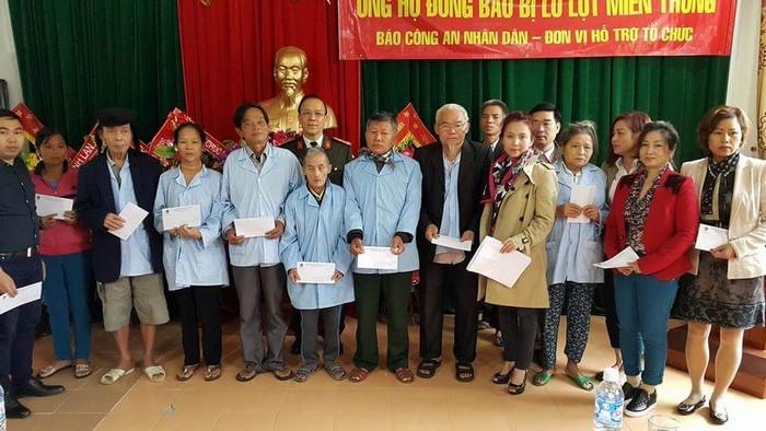 Tiếp tục trao quà ủng hộ đồng bào bị lũ lụt tại Hà Tĩnh