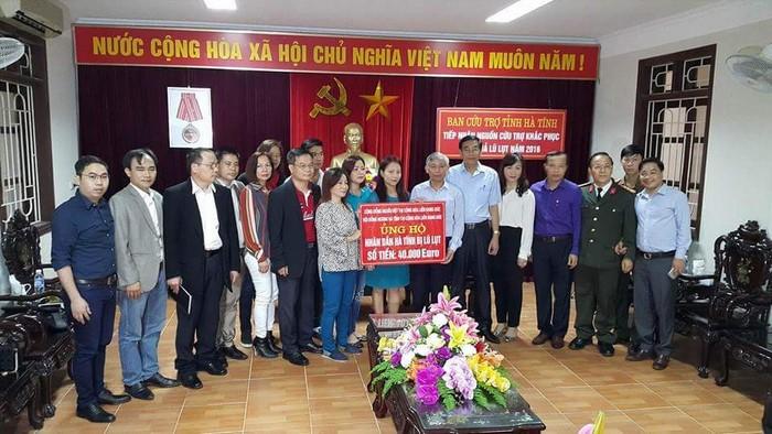 Trao tượng trưng số tiền 40.000 Euro cho bà con bị thiệt hại trong đợt lũ lụt vừa qua tại tỉnh Hà Tĩnh.