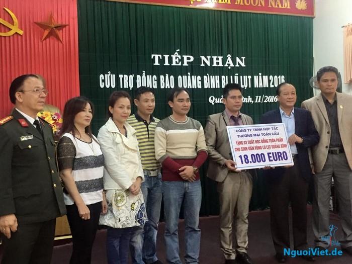 Cộng đồng người Việt CHLB Đức trao quà hỗ trợ cho đồng bào Hà Tĩnh và Quảng Bình