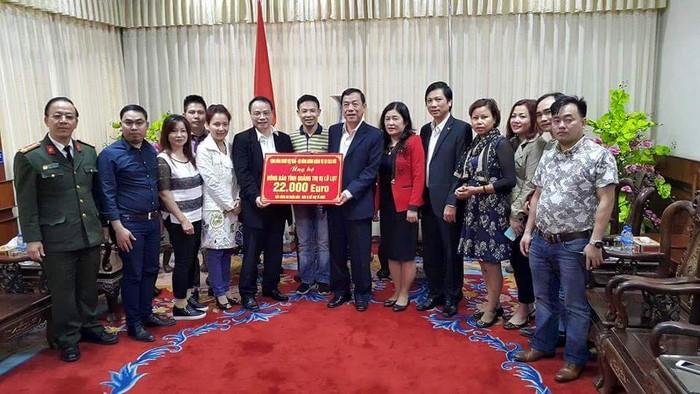 Trao tượng trưng số tiền 22.000 Euro của kiều bào tại Đức ủng hộ những bà con tỉnh Quảng Trị bị thiệt hại vì mưa lũ