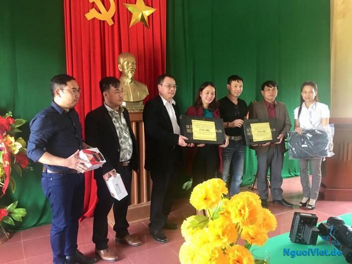 Trao quà hỗ trợ bà con vùng lũ Quảng Trị.