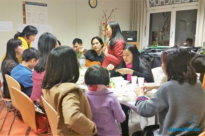 Nhà báo Khương Thu Thủy hát giao lưu cùng cô, trò và phụ huynh học sinh trường nhạc