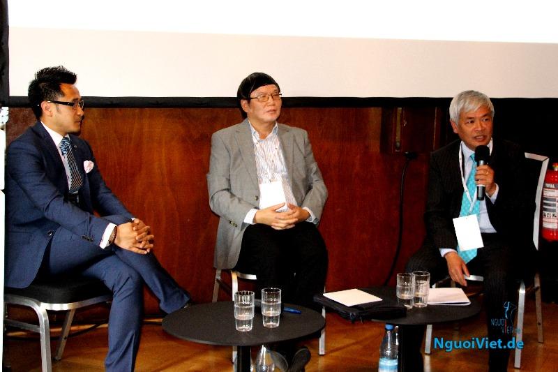 Tham tán Công sứ Thương mại Nguyễn Hữu Tráng (giữa) và Chủ tịch Hội Doanh nghiệp Việt Nam tại Đức tham gia thảo luận . Ảnh: Kim Thành