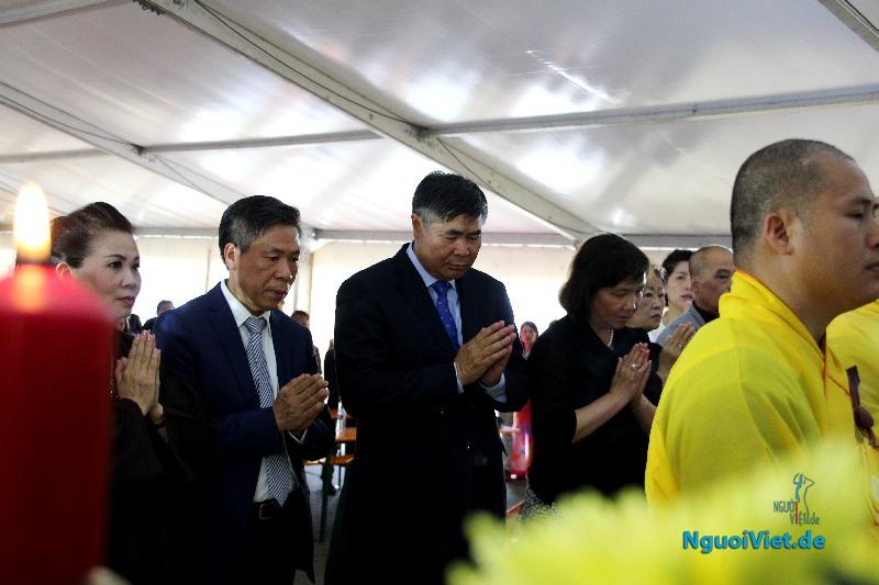 Đại sứ Đoàn Xuân Hưng (giữa) trong Lễ kỷ niệm 70 năm ngày Thương binh, Liệt sỹ tổ chức tại Berlin ngày 23.07.2017. Ảnh: Kim Thành/NguoiViet.de