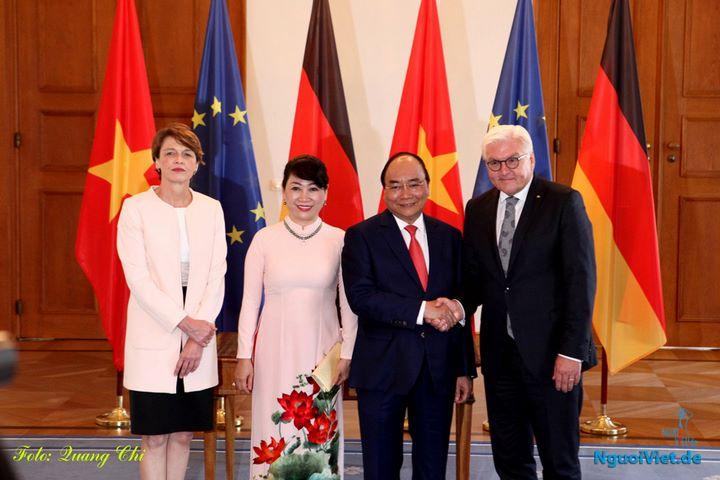 Tổng thống CHLB Đức Frank Walter Steinmeier và Phu nhân tiếp Thủ tướng Nguyễn Xuân Phúc và Phu nhân. Ảnh: Quang Chí - NguoiViet.de