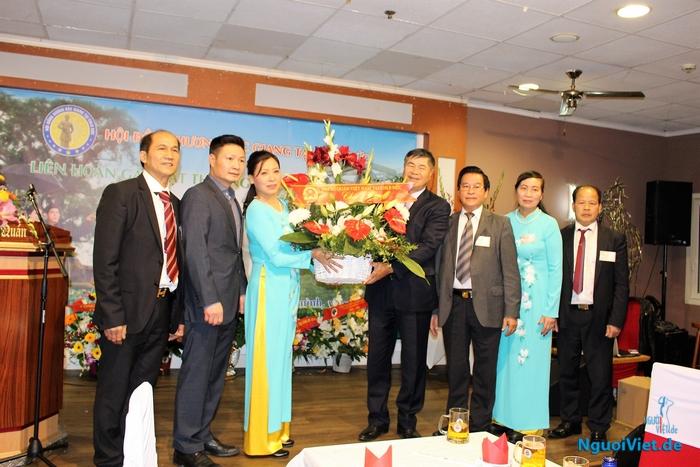 Đại sứ Đoàn Xuân Hưng trao tặng lẵng hoa cho Hội đồng hương Bác Giang. Ảnh: Ha-An