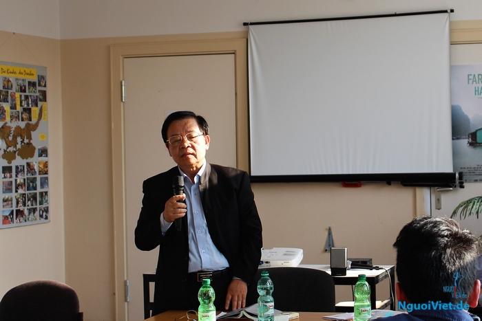Nhà thơ Trương Đăng Dung trong buổi giao lưu tại Berlin. Ảnh: Hà An